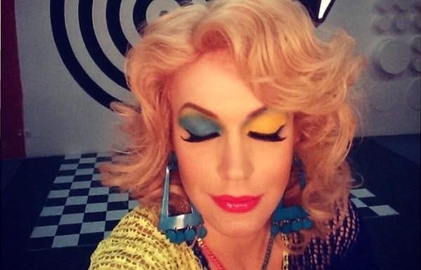 Патриотизм во всем: известная шоу-дива Монро похвасталась желто-голубым макияжем!